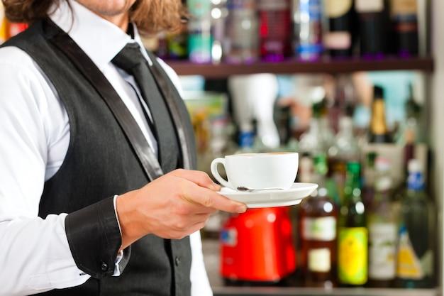 Barista fazendo cappuccino em sua cafeteria