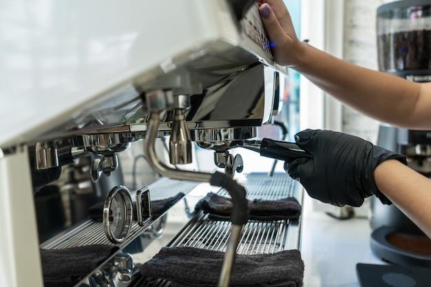 Barista fazer um café com cafeteira no café