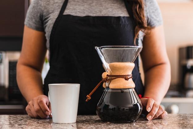 Barista hispânica servindo café