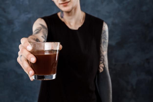 Barista masculino, esticando o copo com café