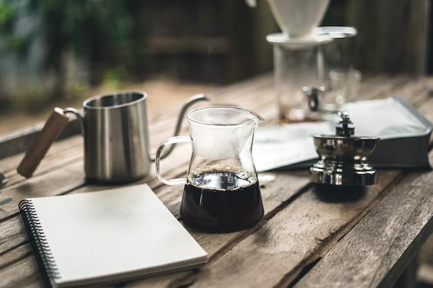 Barista pingando café e café lento estilo cafeteria