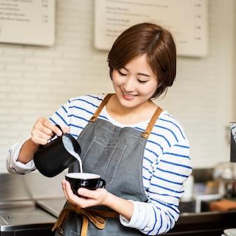Barista prepara o conceito de ordem de funcionamento do café