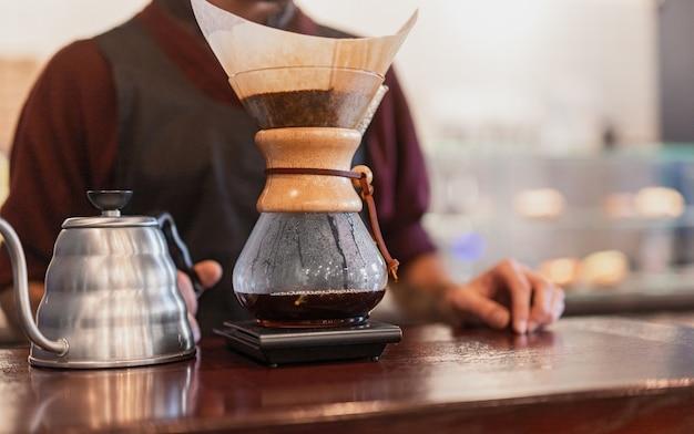Barista preparando café em cafeteria
