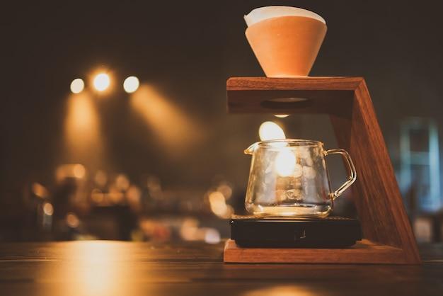 Barista preparando um gotejamento de filtro de café pela manhã, bebida com aroma de expresso preto fresco, bebida quente em xícaras de cafés, cafeína marrom no fundo do bar