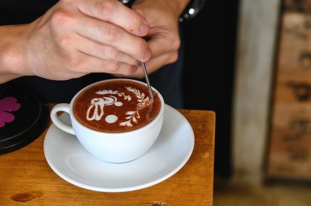 Barista profissional fazendo arte latte bonita