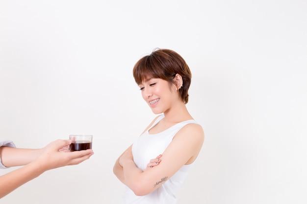 Barista que dá a xícara de café à mulher nova de ásia. conceito para saudável.