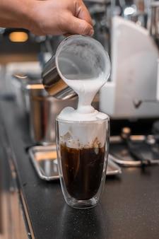 Barista servindo café em copo