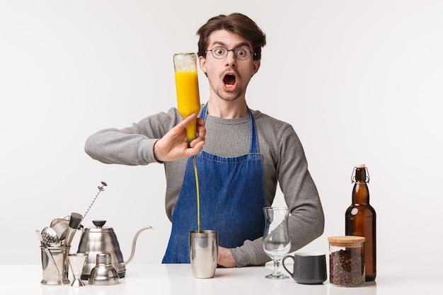 Barista, trabalhador de café e barman conceito. retrato de empregado homem fazendo expressão chocada, boca aberta e ofegando como derramar suco na coqueteleira, sendo surpreendido