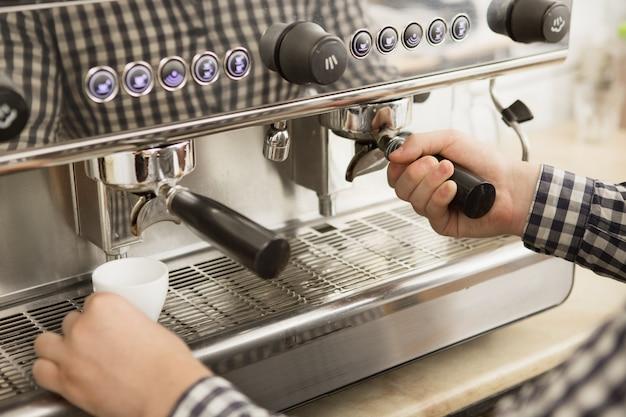 Barista trabalhando em sua cafeteria