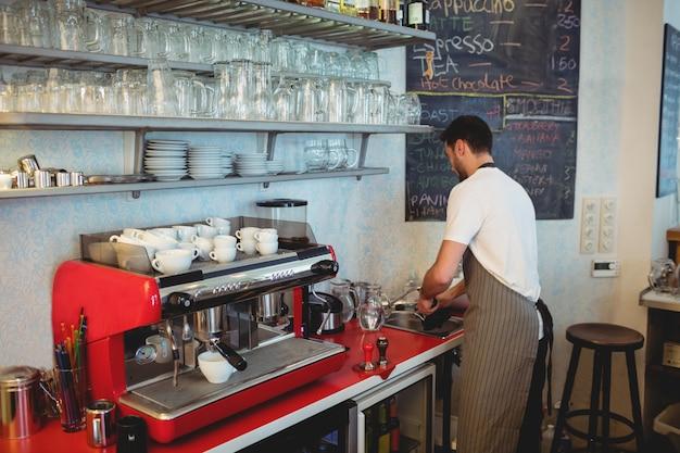 Barista trabalhando no café
