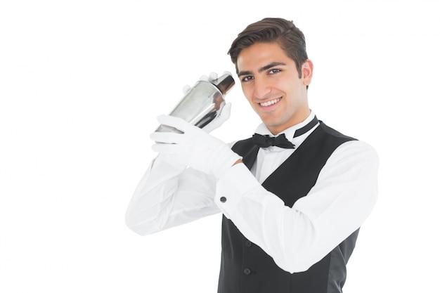 Barkeeper bonito agitando uma bebida