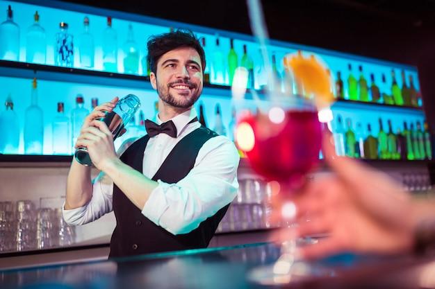 Barkeeper, preparando o coquetel para o cliente