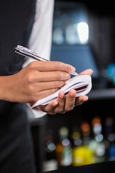 Barman, anotar um pedido em bar