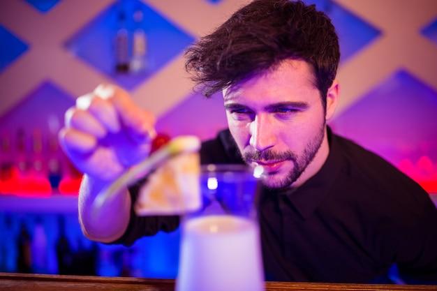 Barman, arranjar frutas no copo de cocktail