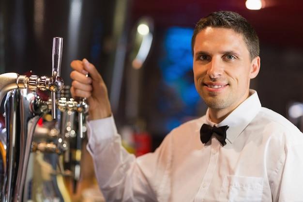 Barman bonito sorrindo para a câmera