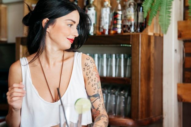 Barman com tatuagem