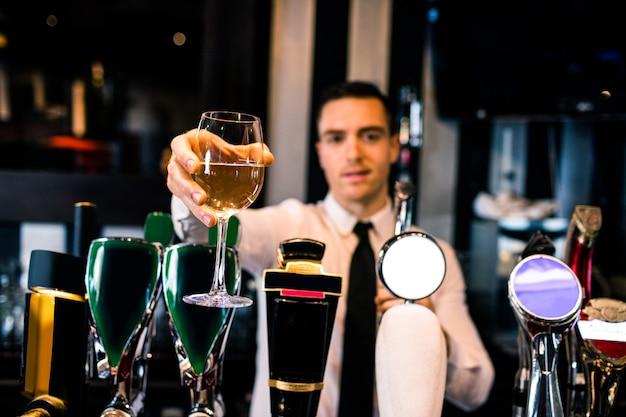 Barman dando uma bebida ao cliente