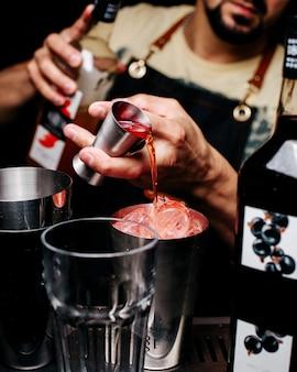 Barman de vista frontal fazendo uma bebida