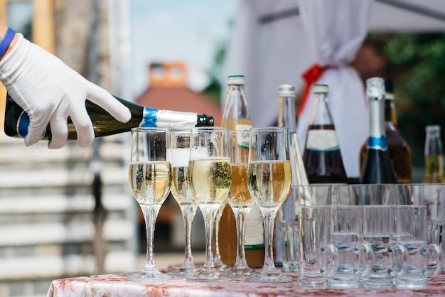 Barman, derramando champanhe