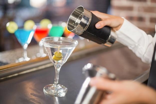 Barman derramando cocktail