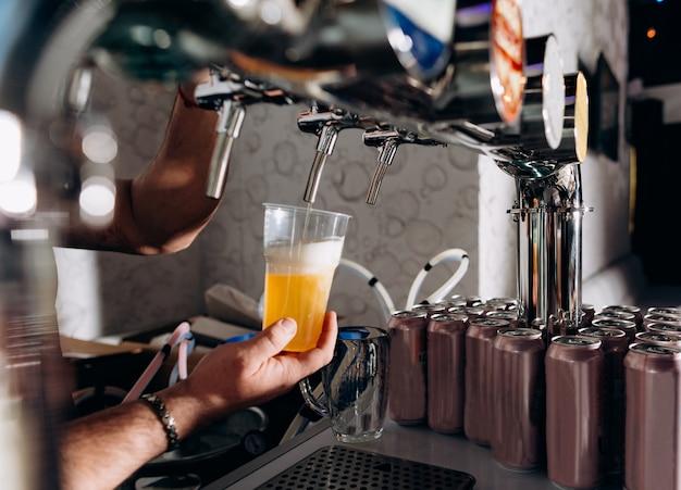 Barman derramar cerveja copo barra variedade escolha