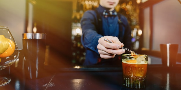 Barman especialista fazendo cocktail no bar