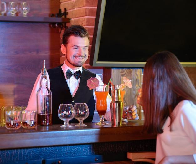 Barman está fazendo cocktail no balcão de bar