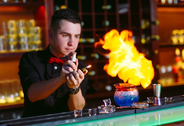 Barman faz coquetel quente.
