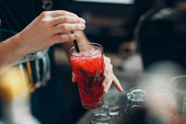 Barman faz limonada com gelo vermelho