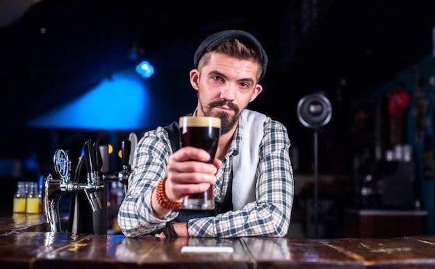 Barman faz um coquetel no salão Foto Premium