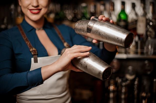 Barman fazendo um cocktail fresco no bar