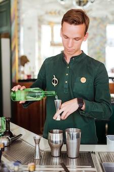 Barman fazendo um cocktail