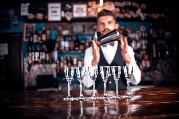 Barman formula um coquetel no porterhouse