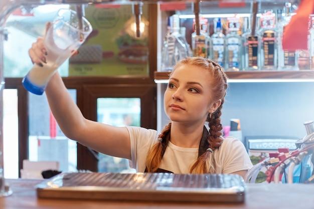 Barman mulher com copo de cerveja no trabalho