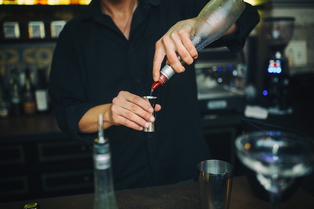 Barman no trabalho no bar
