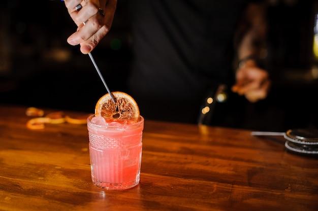 Barman no trabalho, preparando cocktails