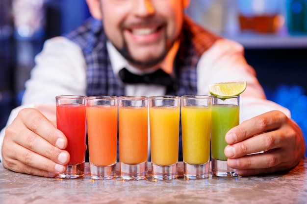 Barman no trabalho, preparando cocktails.
