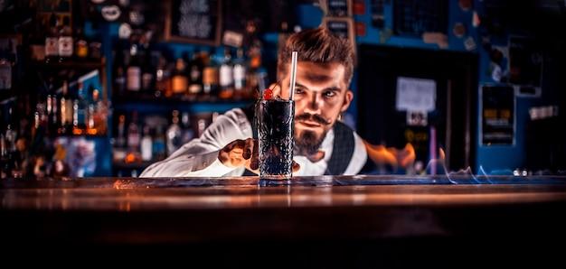 Barman prepara um coquetel na brasserie