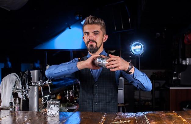 Barman prepara um coquetel na cervejaria