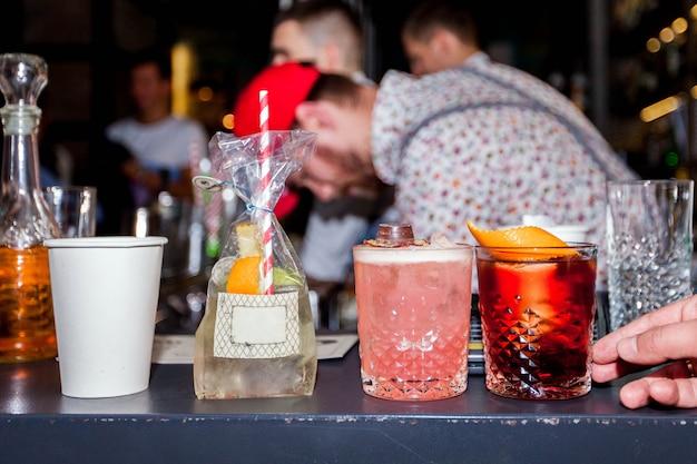 Barman preparando coquetéis alcoólicos