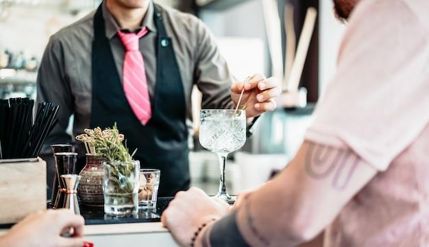 Barman preparando coquetel de gin tônico