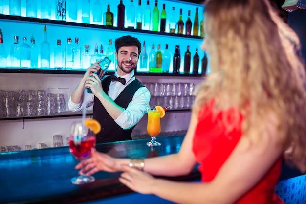 Barman preparando coquetel para o cliente