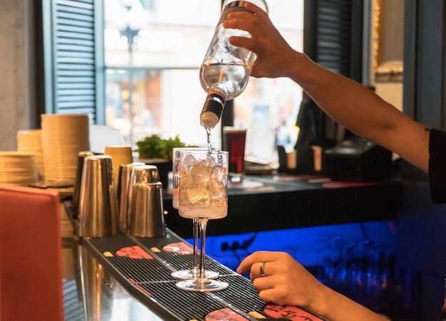 Barman preparando um coquetel com gelo, close-up