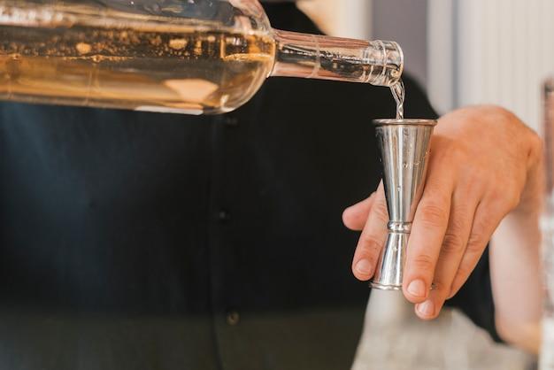 Barman preparando um coquetel refrescante