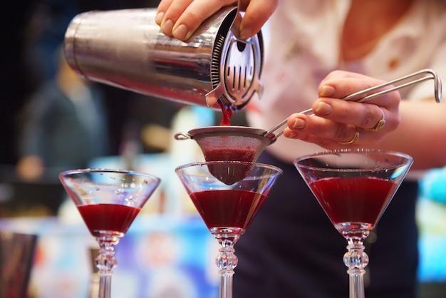 Barman preparando um coquetel