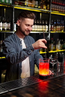 Barman preparando um delicioso coquetel refrescante