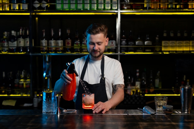 Barman preparando um delicioso coquetel