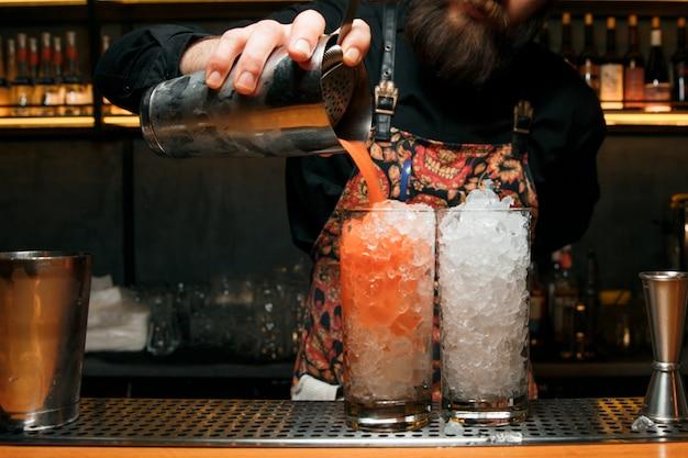 Barman profissional fazendo dois coquetéis