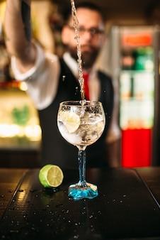 Barman servindo bebida alcoólica em copo