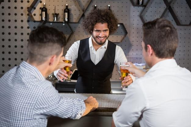 Barman servindo cerveja aos clientes